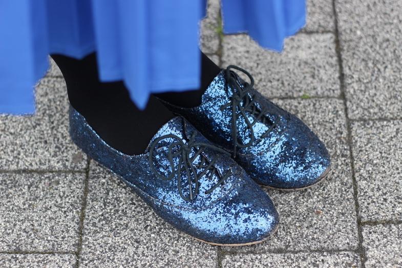 Brokatowe buty typu jazz shoes.