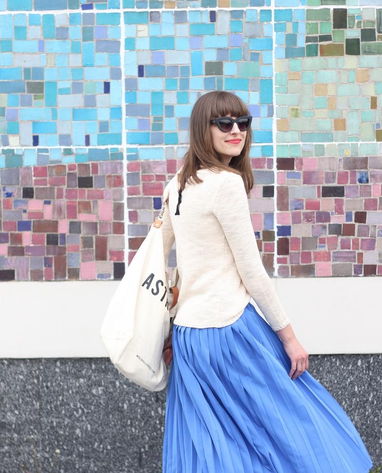 Sweter z wiązaniem na plecach i spódnica plisowana to modny zestaw na 2016 rok.