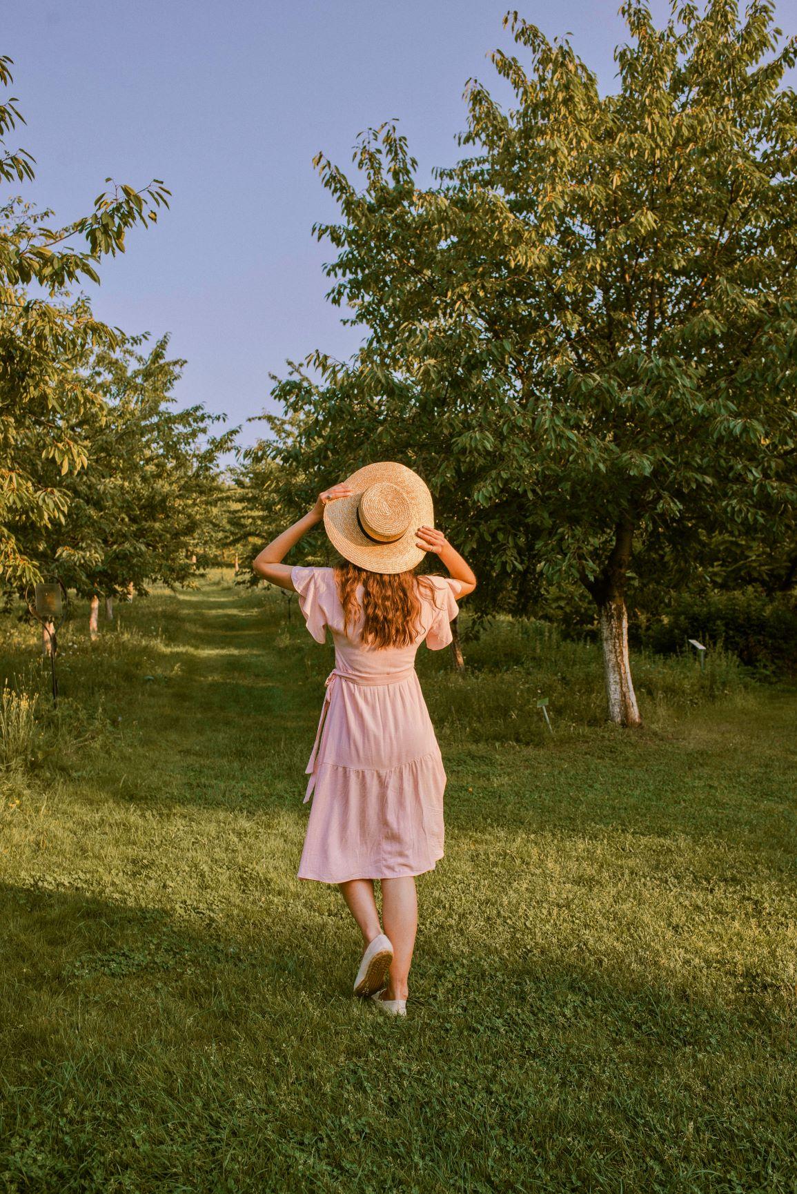 slomkowy kapelusz i sukienka na lato
